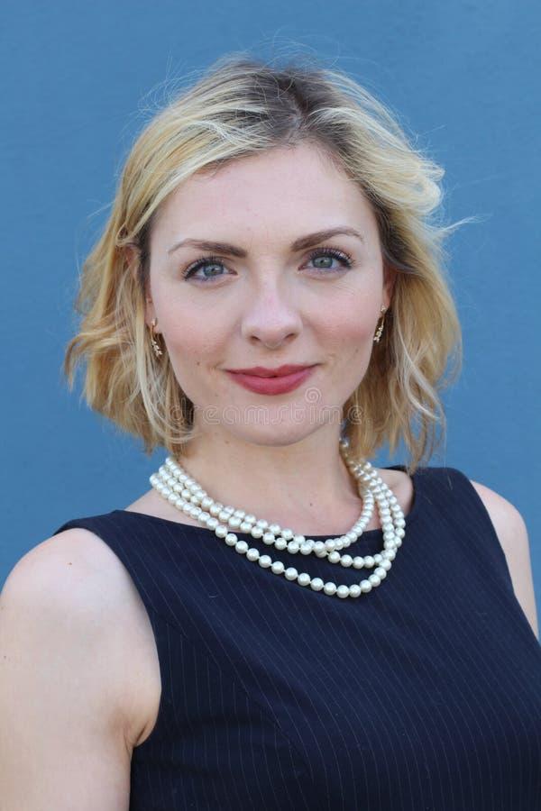 Portrait de beauté de dame blonde élégante avec la coiffure occasionnelle et le maquillage parfait de soirée Perles de port de fe photos libres de droits
