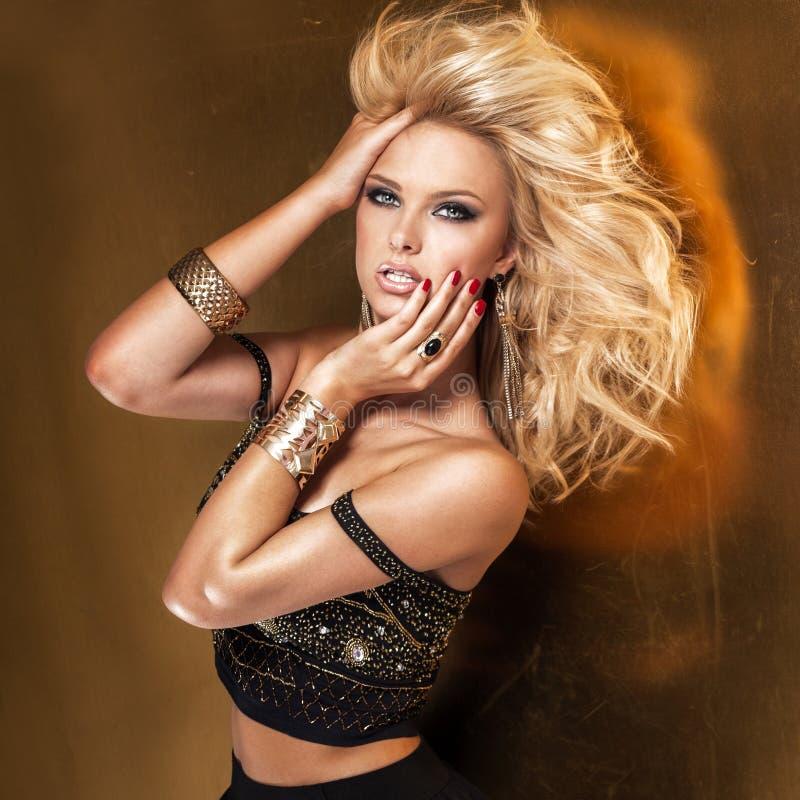 Portrait de beauté de dame blonde attirante images libres de droits