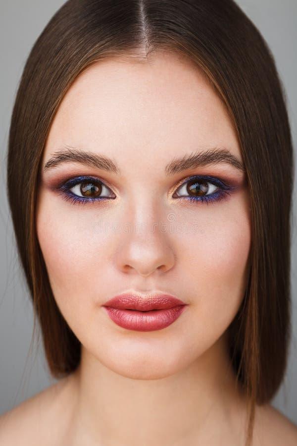 Portrait de beauté de femme attirante avec le maquillage lumineux photo stock