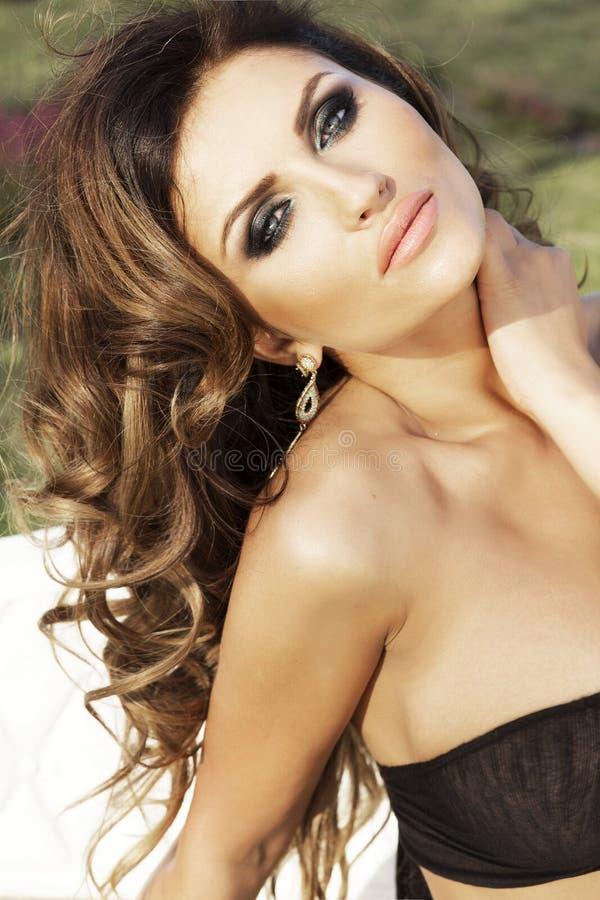 Portrait de beauté de femme attirante de brune photo libre de droits