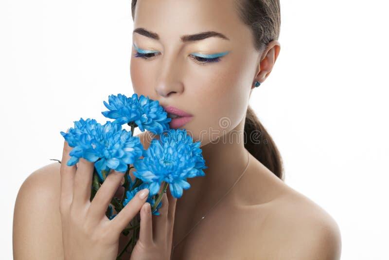 Portrait de beauté de femme avec les fleurs bleues photo stock
