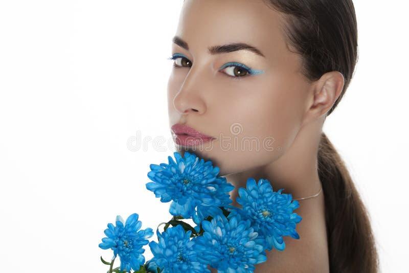 Portrait de beauté de femme avec les fleurs bleues images stock