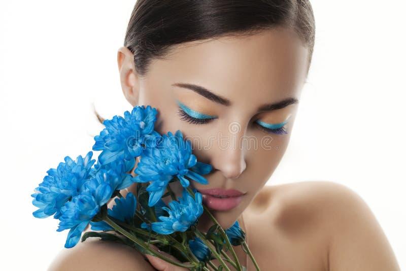 Portrait de beauté de femme avec les fleurs bleues photo libre de droits
