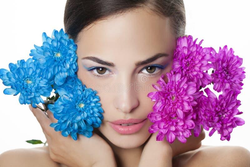 Portrait de beauté de femme avec les fleurs bleues et roses images stock