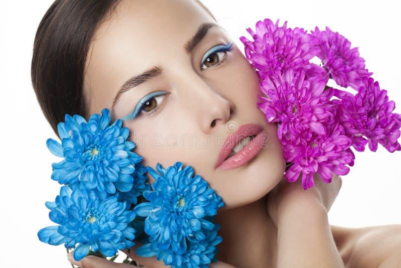 Portrait de beauté de femme avec les fleurs bleues et roses photo stock