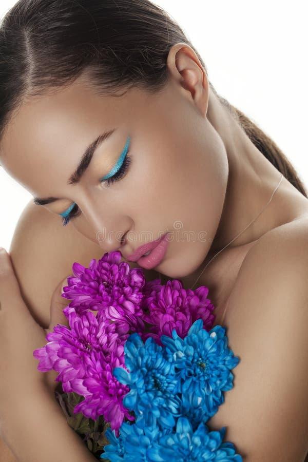 Portrait de beauté de femme avec les fleurs bleues et roses image libre de droits