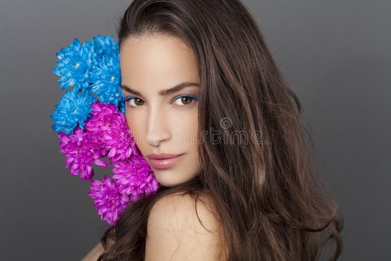 Portrait de beauté de femme avec les fleurs bleues et roses photo libre de droits