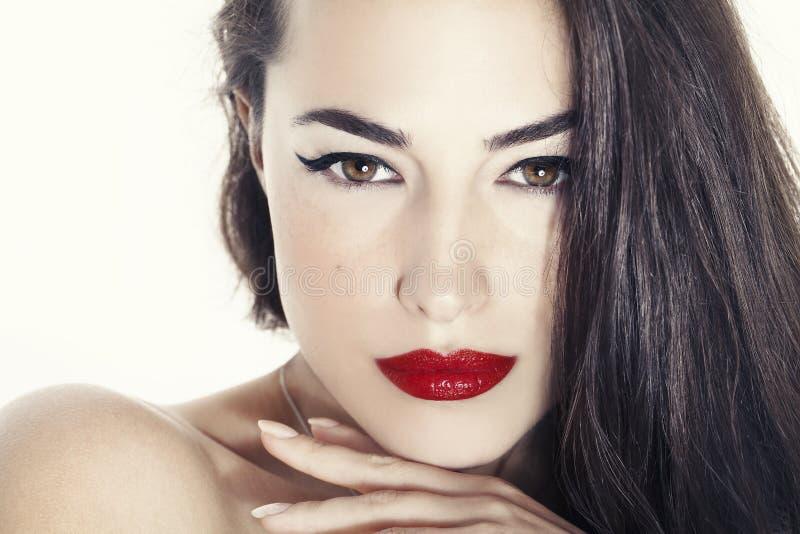 Portrait de beauté de femme avec les lèvres rouges photographie stock libre de droits