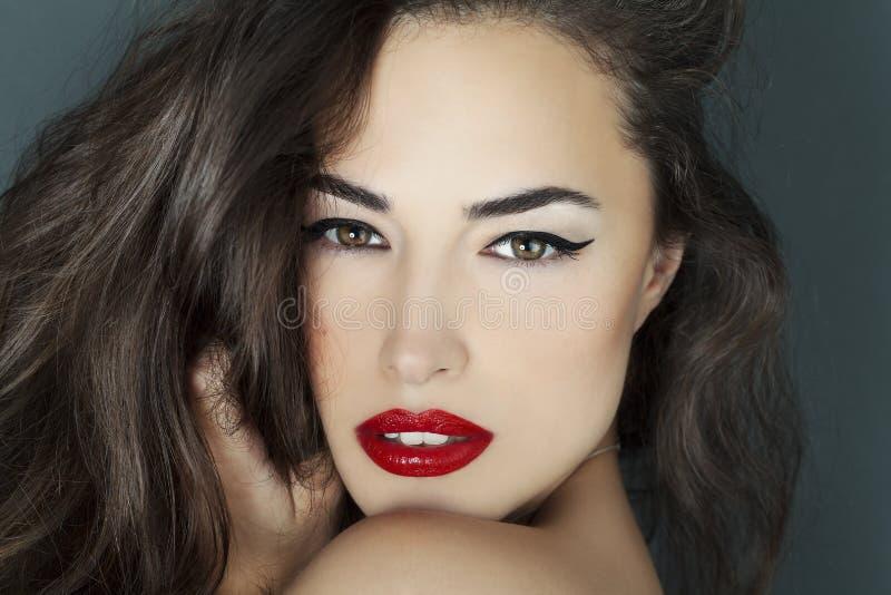 Portrait de beauté de femme avec les lèvres rouges photo stock