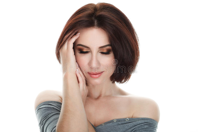 Portrait de beauté de femme d'apparence fraîche adorable adulte de brune avec la coiffure magnifique de plomb de maquillage posan photos libres de droits