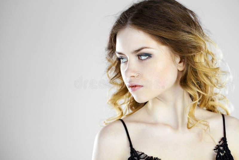 Portrait de beauté de jeune femme blonde, d'isolement sur le backgroud gris photographie stock