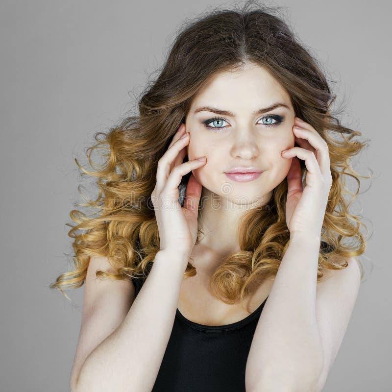 Portrait de beauté de jeune femme blonde, d'isolement sur le backgroud gris image stock