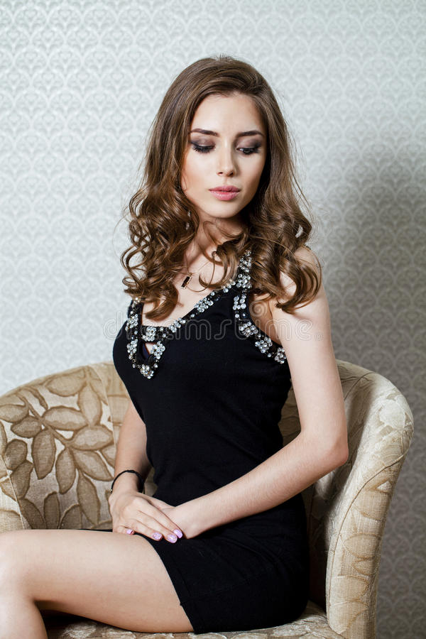 Portrait de beauté de jeune femme de brune, sur le backgr gris photo stock