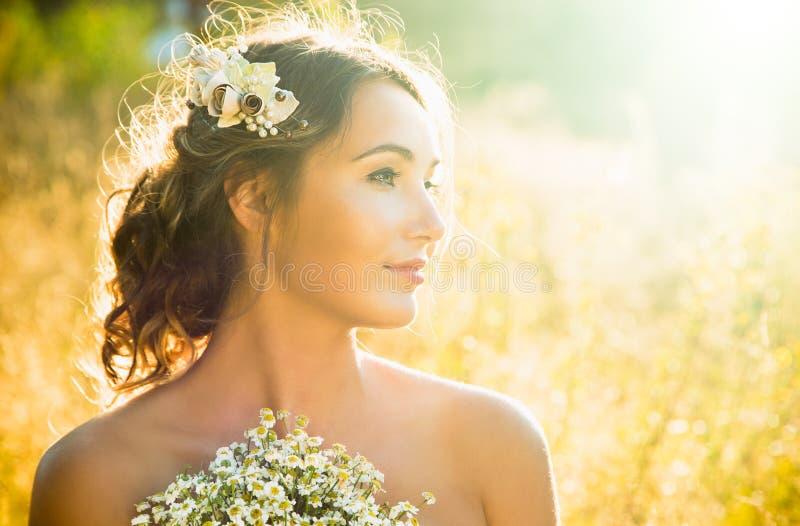 Portrait de beauté de jeune fille innocente au coucher du soleil image libre de droits