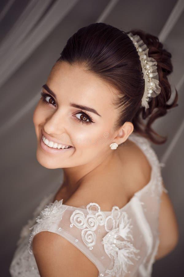 Portrait de beauté de jeune jeune mariée Maquillage et coiffure parfaits photo stock