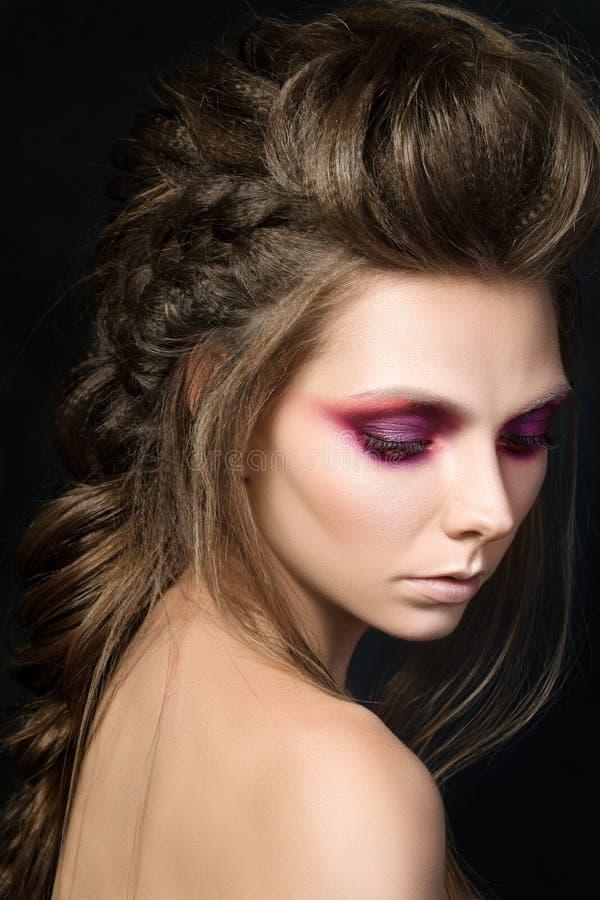 Portrait de beauté de jeune jolie fille avec le maquillage de mode photo stock