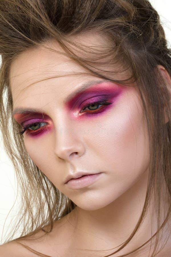 Portrait de beauté de jeune jolie fille avec le maquillage de mode photographie stock
