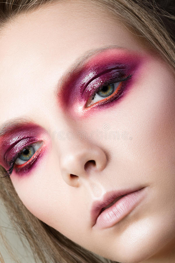 Portrait de beauté de jeune jolie fille avec le maquillage de mode image libre de droits