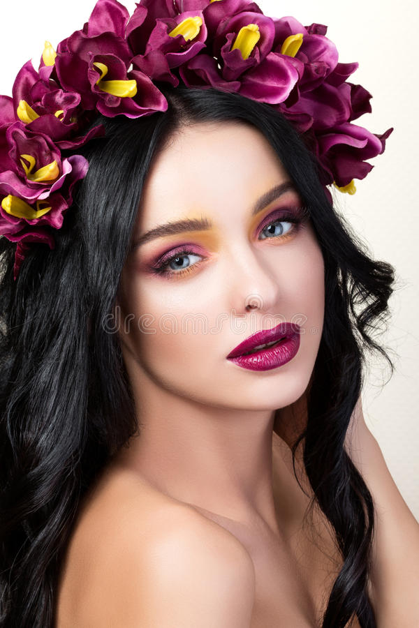 Portrait de beauté de jeune jolie fille de brune image libre de droits