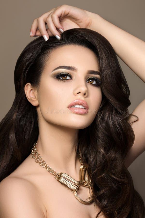 Portrait de beauté de jeune jolie fille de brune photo libre de droits
