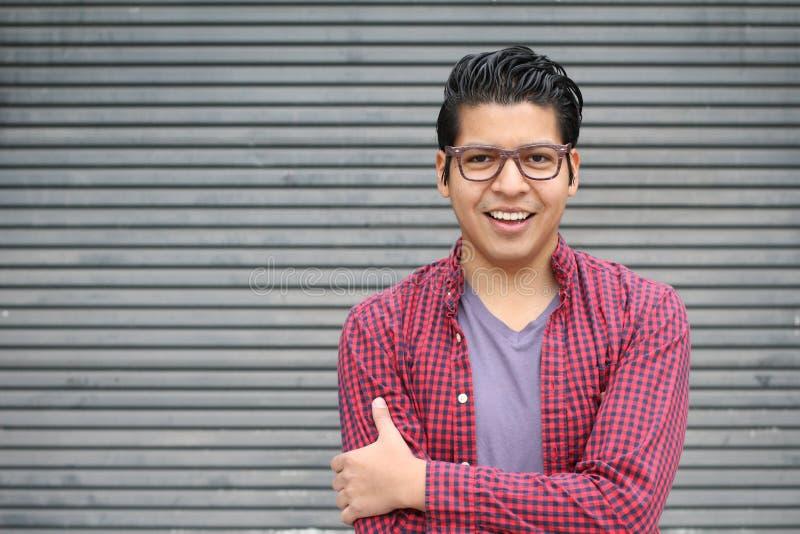 Portrait de beauté de jeune mâle hispanique beau, dehors, l'espace de copie - image courante images stock