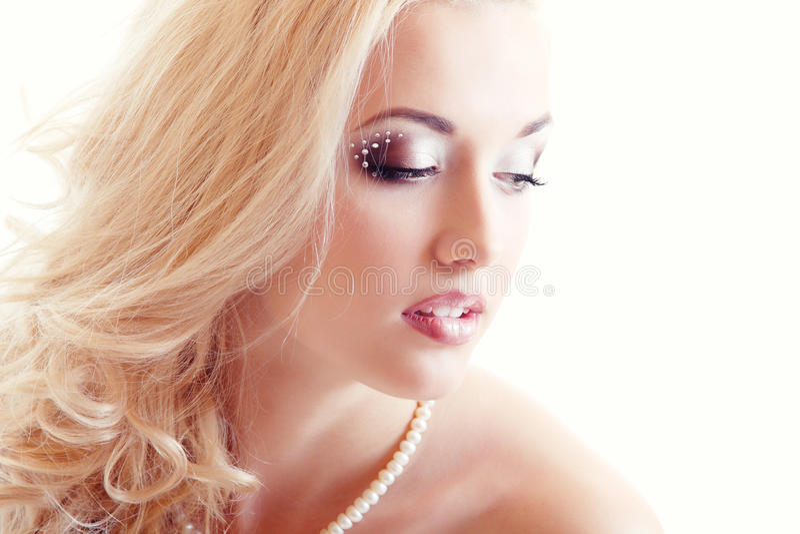 Portrait de beauté de jeune mariée de jeune femme photo stock