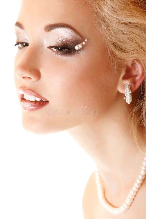 Portrait de beauté de jeune mariée de jeune femme avec le beau maquillage images stock