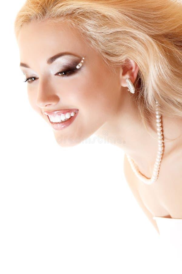 Portrait de beauté de jeune mariée de jeune femme avec le beau maquillage et l'a photos stock