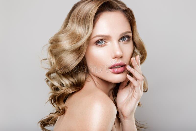 Portrait de beauté de modèle avec le maquillage naturel images stock