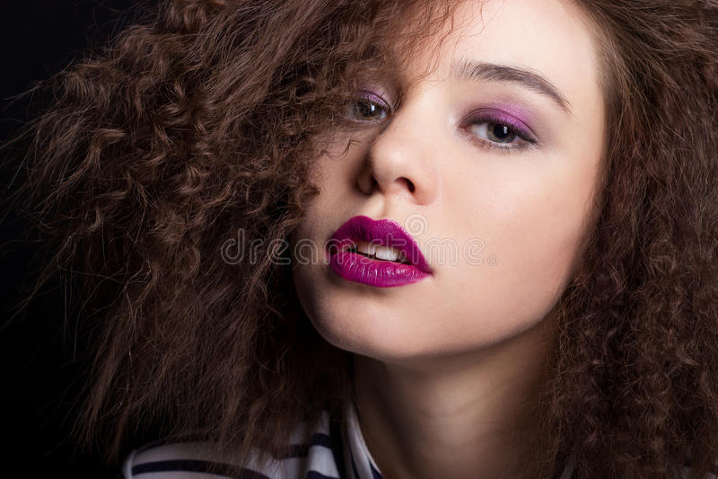 Portrait de beauté de mode avec les cheveux courts noirs Fin du visage de la belle fille  La coupe de cheveux La coiffure frange photographie stock libre de droits