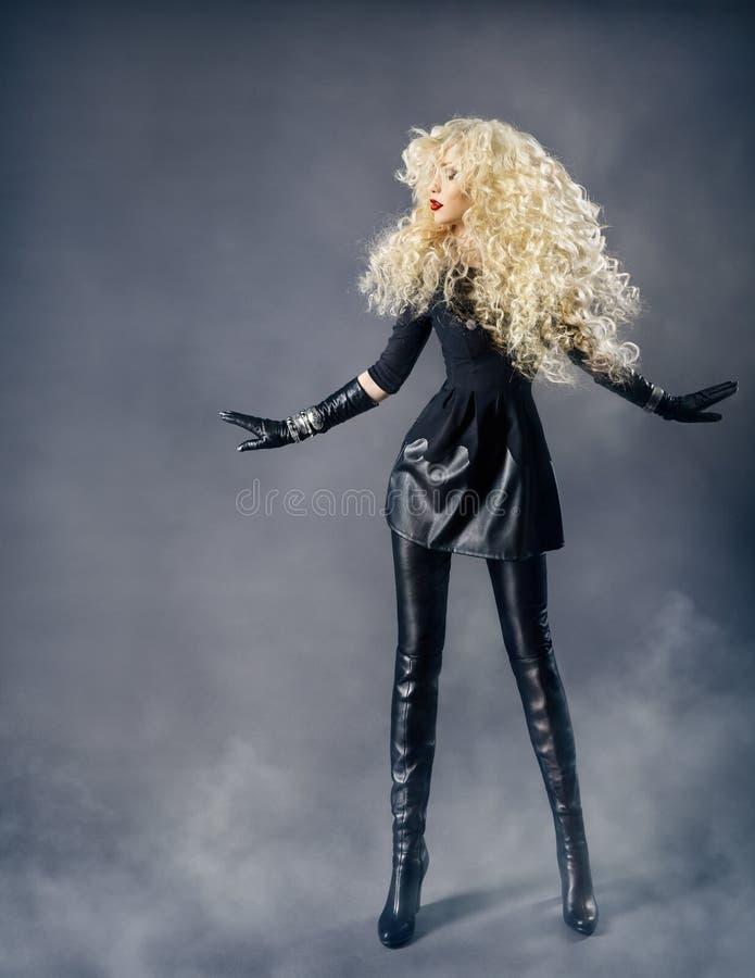 Portrait de beauté de mode de femme, coiffure bouclée de fille blonde photo libre de droits