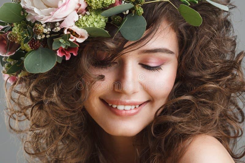 Portrait de beauté de Stubio de jeune femme mignonne avec la couronne de fleur image libre de droits