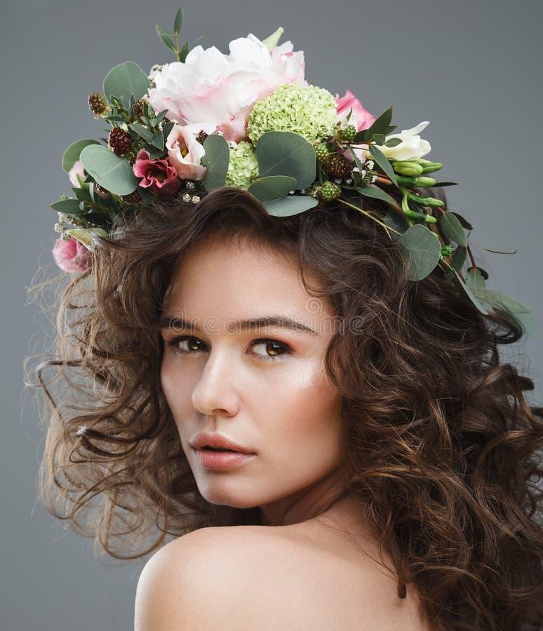 Portrait de beauté de Stubio de jeune femme mignonne avec la couronne de fleur photographie stock libre de droits