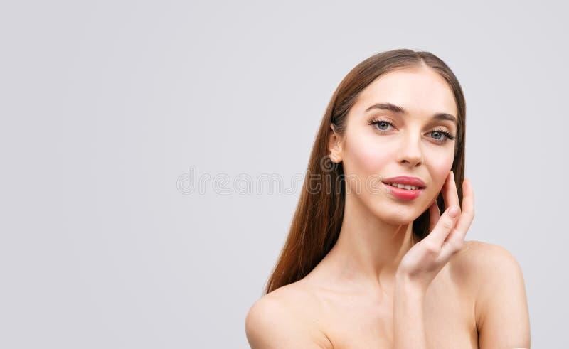 Portrait de beauté de femme avec les épaules nues photo stock