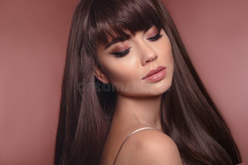 Portrait de beauté de femme de brune avec le maquillage d'eye-liner et longtemps photographie stock