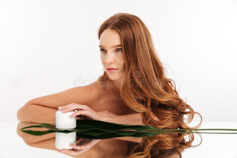 Portrait de beauté de femme de gingembre avec de longs cheveux images stock