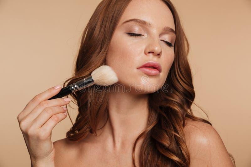 Portrait de beauté de femme sensuelle de gingembre avec de longs cheveux photographie stock