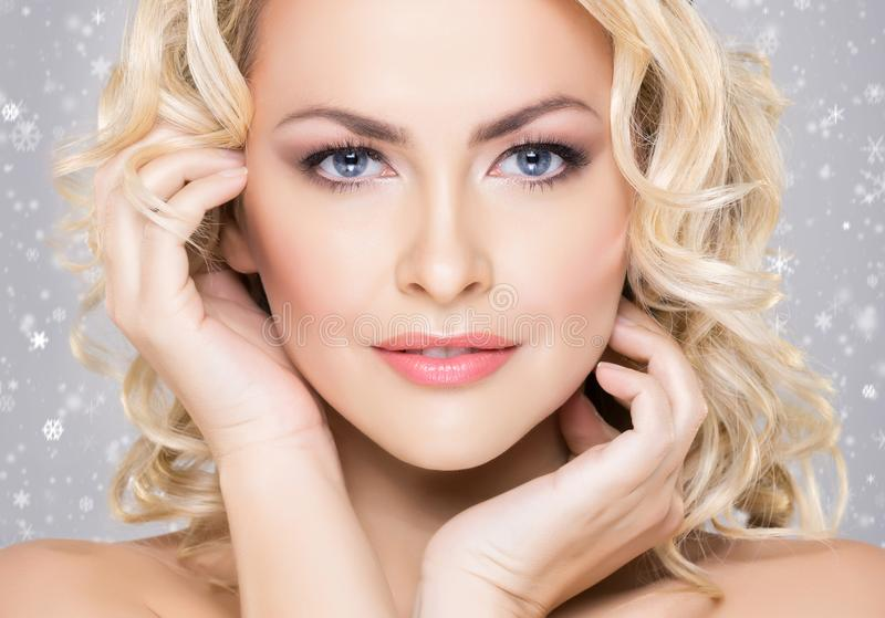 Portrait de beauté de fille blonde attirante avec des cheveux bouclés et un b images stock