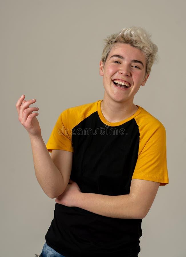 Portrait de beauté de la jeune pose belle de modèle d'homme d'adolescent heureuse photo stock