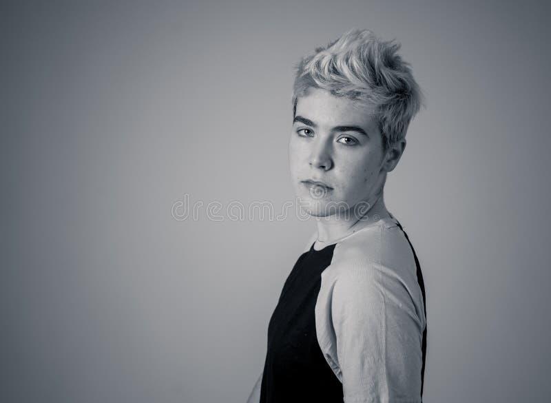 Portrait de beauté de la jeune pose belle de modèle d'homme d'adolescent de transsexuel heureuse images libres de droits