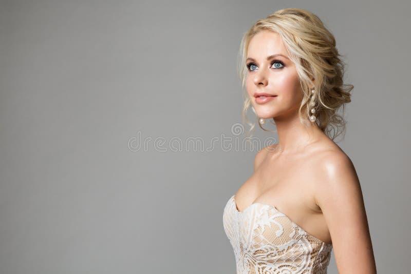 Portrait de beauté de mannequins, beau maquillage de femme et coiffure, tir de studio de jeune mariée sur le gris photos libres de droits