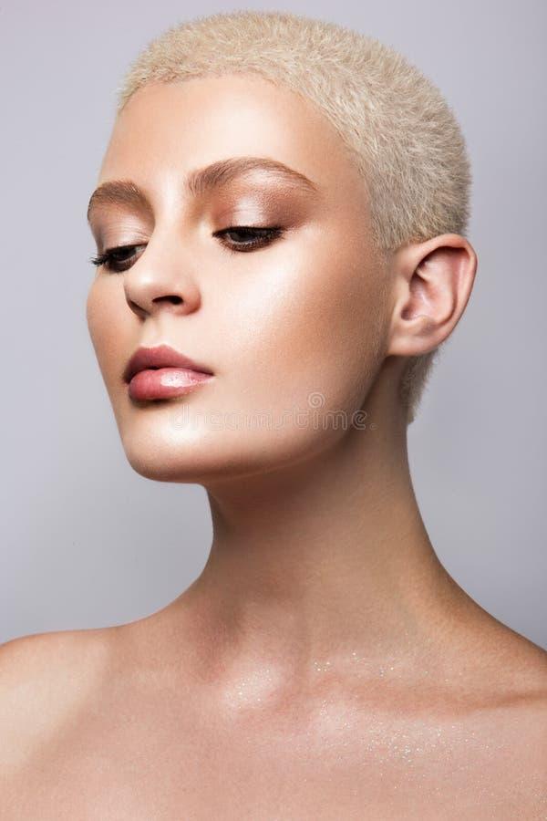 Portrait de beauté de modèle avec le maquillage naturel photographie stock
