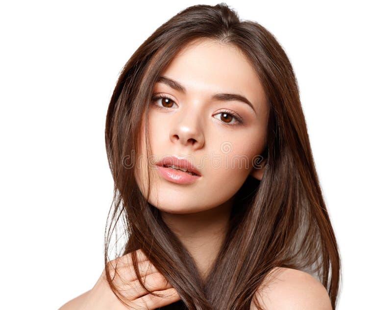 Portrait de beaut? d'une jeune belle fille de brune avec les yeux bruns et longs les cheveux d?bordants droits d'isolement sur le photo libre de droits