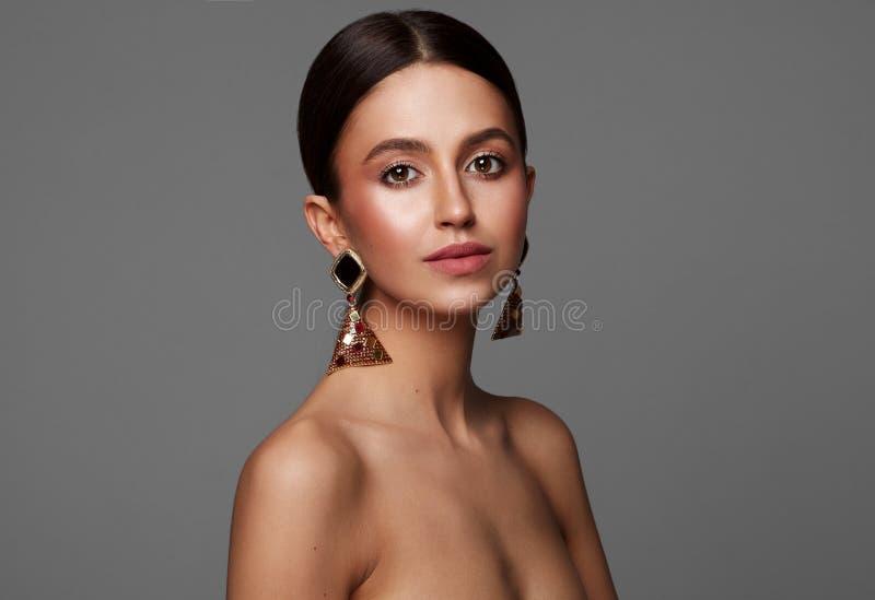Portrait de beaut? des boucles d'oreille de weaig de jeune femme photos stock
