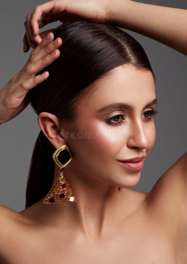 Portrait de beaut? des boucles d'oreille de weaig de jeune femme photos libres de droits