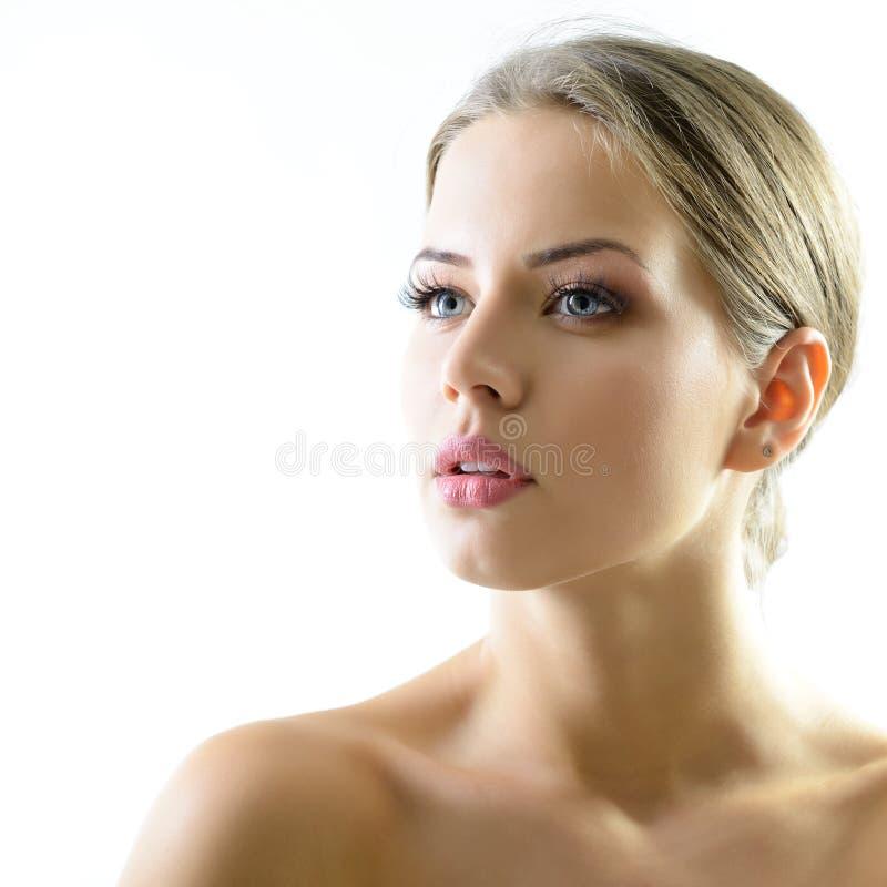 Portrait de beaut? de jeune femme avec le beau visage sain, goujon image stock