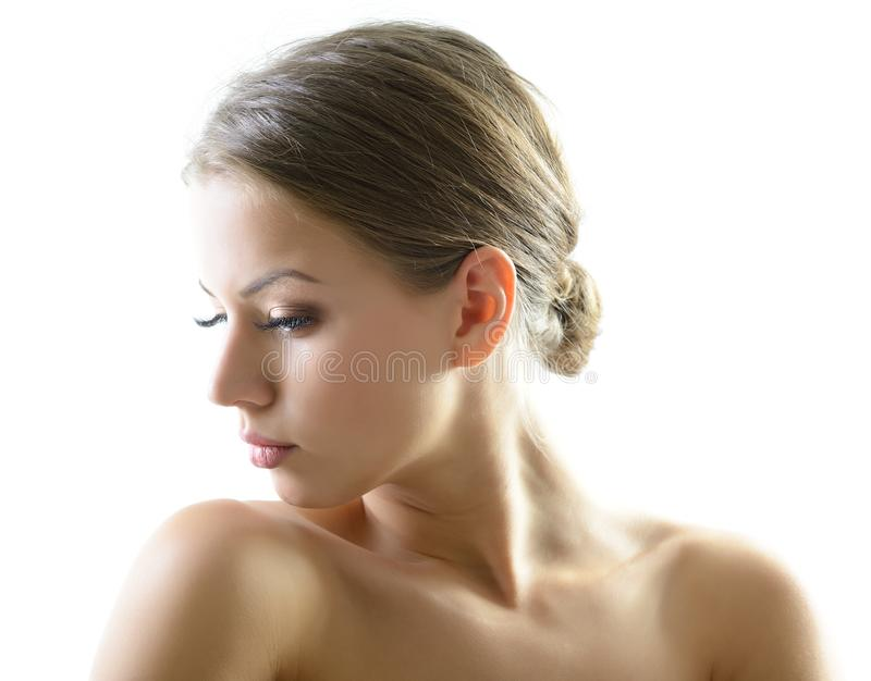Portrait de beaut? de jeune femme avec le beau visage sain, goujon photographie stock