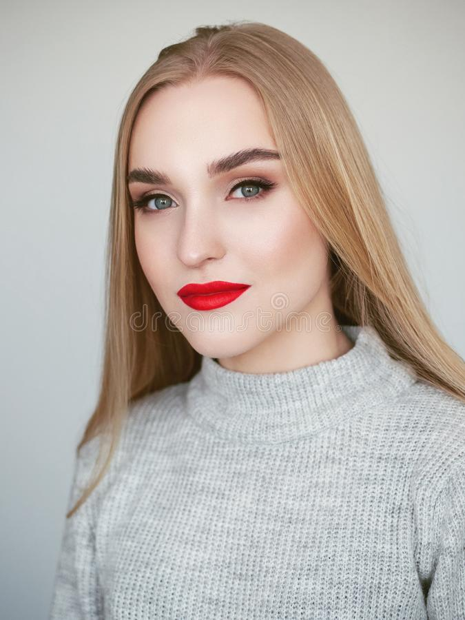 Portrait de beaut? de lumi?re naturelle de plan rapproch? de mod?le blond de femme avec le maquillage lumineux satur? vibrant de  photo stock