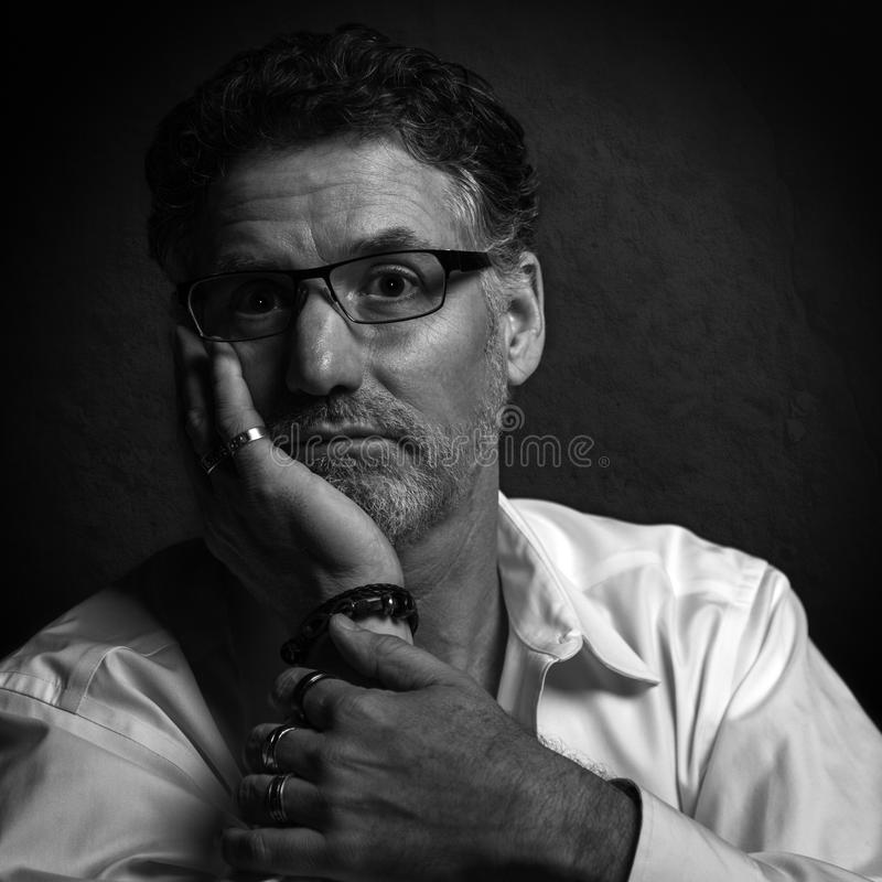 Portrait de beaux-arts d'un homme en noir et blanc photographie stock