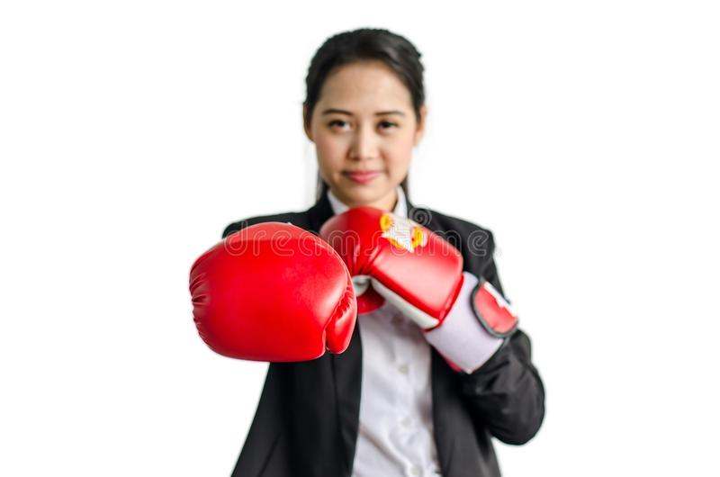 Portrait de beaux et jeunes gants de boxe de port de femme d'affaires photo libre de droits